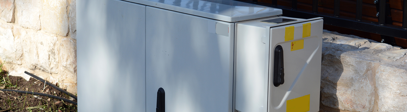 Outdoor cabinet with concealed hinges